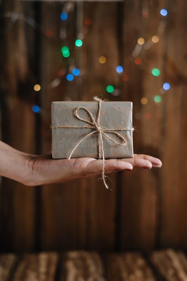 Gåvan packas i en härlig ask som personligen räckas i hand arkivfoton