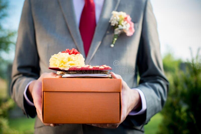 Gåvan presenterar på en bröllop- eller födelsedagdeltagare royaltyfria foton