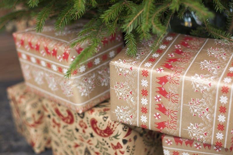 gåvor Eco-vänskapsmatch för nytt år under ett granträd arkivfoto