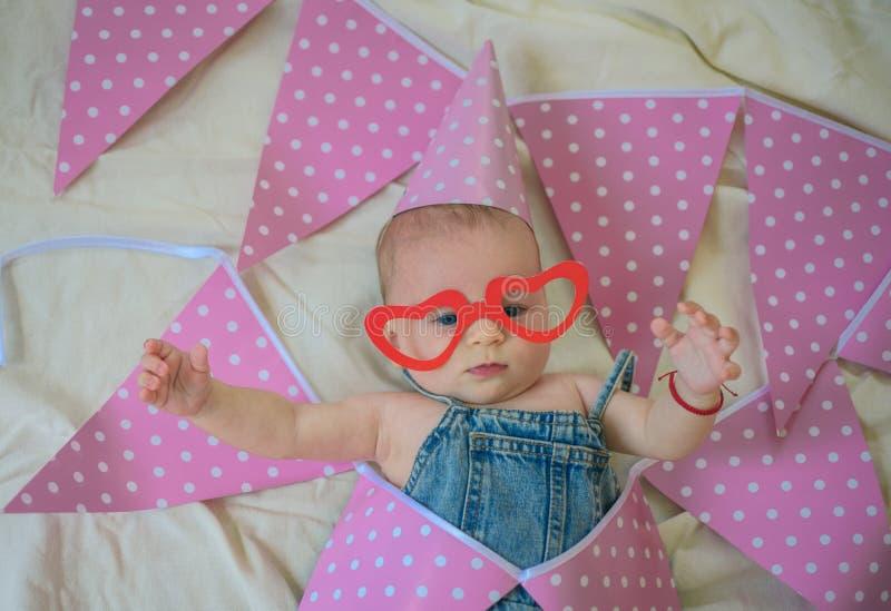 Gåvor för behandla som ett barn Stående av det lyckliga lilla barnet Barndomlycka liten flicka lycklig födelsedag behandla som et fotografering för bildbyråer