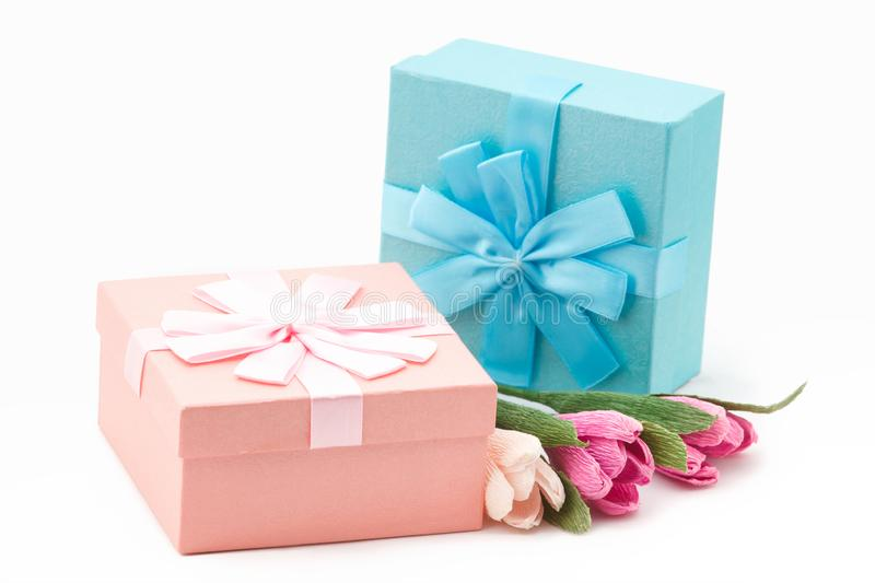 Gåvor i ask med pappers- blommor för beröm, kvinnors dag eller födelsedag royaltyfri foto