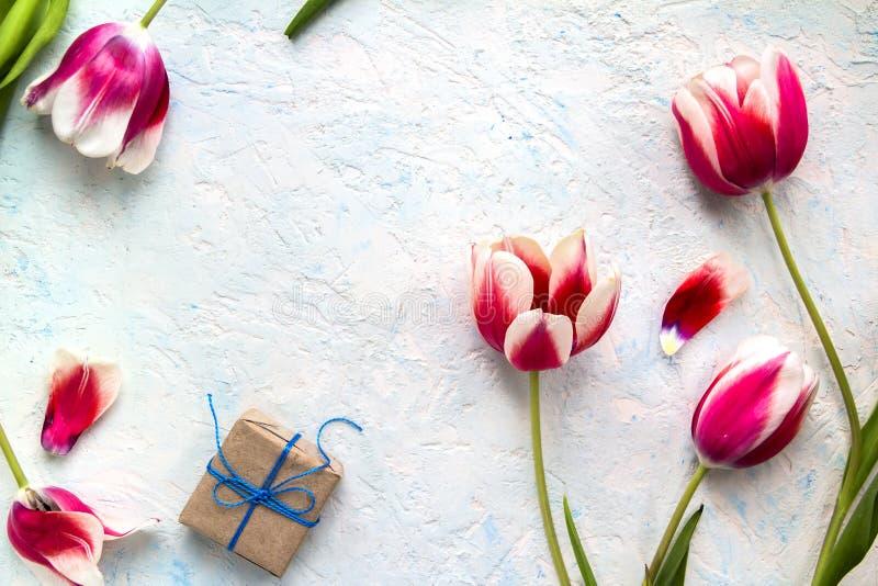 Gåvor i hantverkpacke med blommor royaltyfri bild