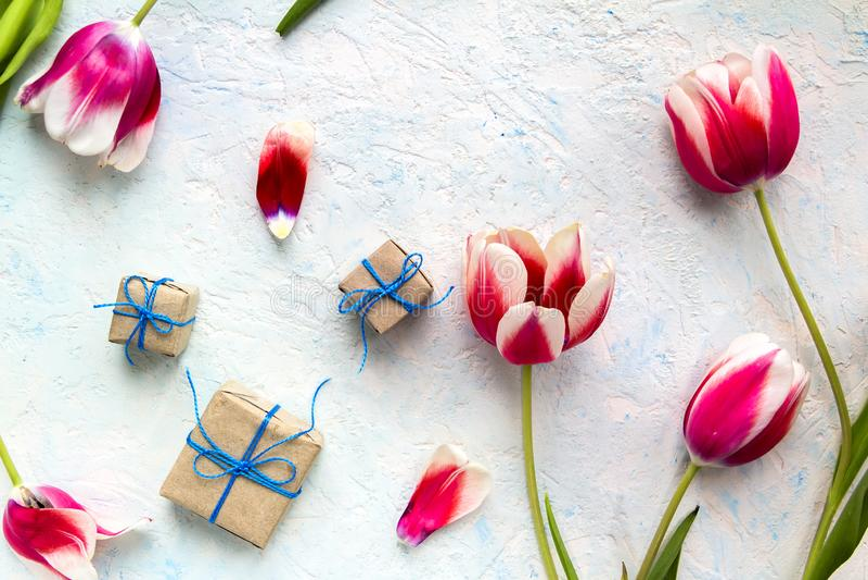 Gåvor i hantverkpacke med blommor royaltyfri fotografi