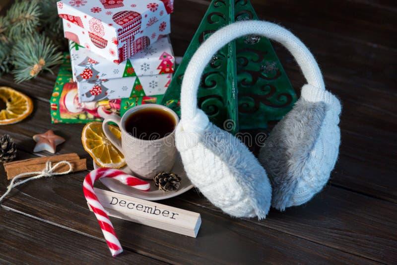 gåvor i vit och dokument med olika förslag på träbakgrunden för vänner och familj shoppa, nytt år och julbegrepp arkivbild