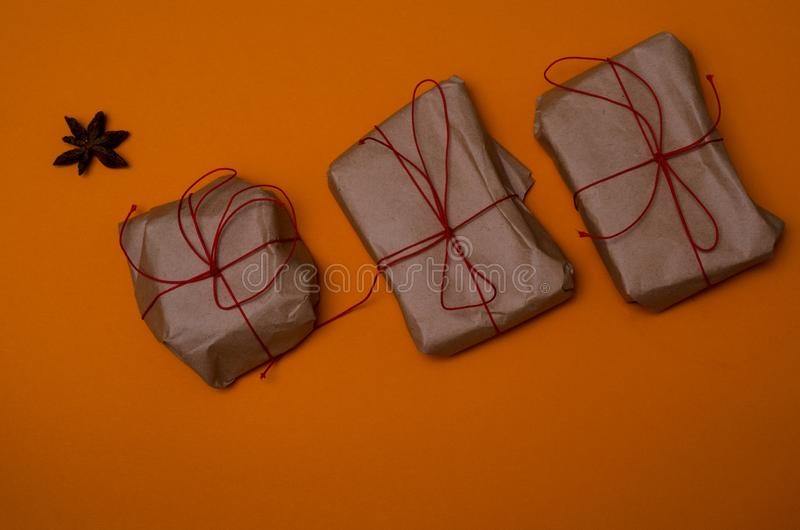 Gåvor inslagna med enkelt rött band arkivbild
