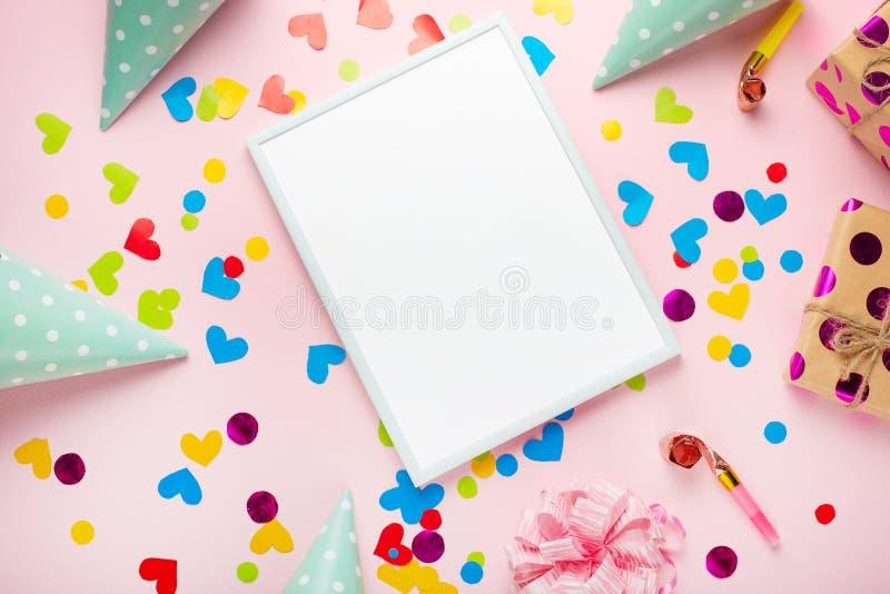 Gåvor, lock, konfettier för partifödelsedagen och lyckönskan Med ett tomt utrymme för inskriften arkivfoton