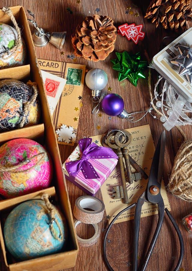 Gåvor och julprydnader arkivfoto
