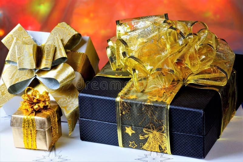 Gåvor på en idérik bakgrund av ljusa julljus Glatt fira viktiga händelser, ge gåvor och blommor till ditt royaltyfria bilder