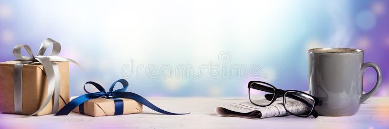 Gåvor på tabellen med tidningsläsningexponeringsglas royaltyfri fotografi