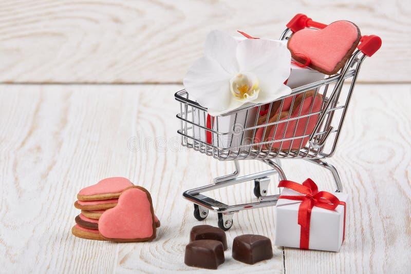gåvor som shoppar trolleyen valentin för dag s fotografering för bildbyråer