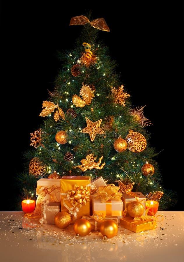 Gåvor under julgran arkivfoton