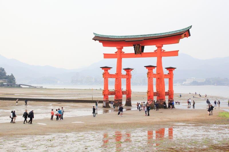 Géant Torii pendant la marée basse près du tombeau de shinto d'Itsukushima images stock