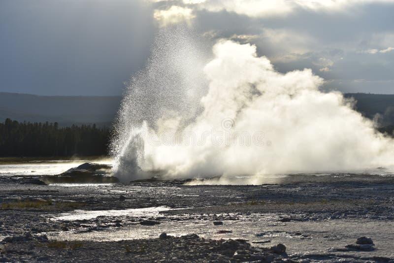 Géiser de la mañana que entra en erupción en el rastro del pote de pintura de la fuente imagen de archivo