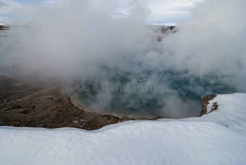 Géiser de las virutas para rellenar, lavabo intermediario del géiser, Yellowstone NP imagenes de archivo