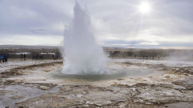 Géiser que entra en erupción en Islandia, produciendo el chapoteo grande de la agua caliente imagen de archivo