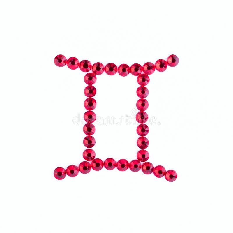 géminis Muestra del zodiaco de diamantes artificiales rojos en un backgro blanco imagen de archivo