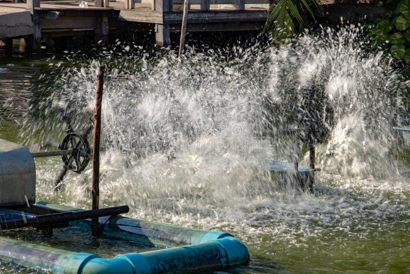 Générateur de l'oxygène de l'eau tourné sur l'étang de tehe images libres de droits