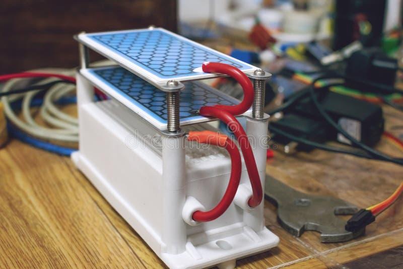 Générateur de l'ozone de DIY, ozoniseur Générateur résistant DIY de l'ozone avec le traitement bleu de plats photographie stock libre de droits