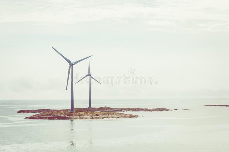 Générateur de turbines de vent à la mer baltique ?les d'Aland, Finlande l'europe photo libre de droits