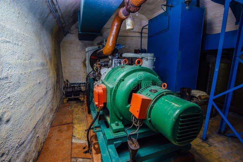 Générateur diesel dans l'abri antiaérien photos stock