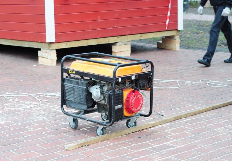 Générateur portatif de secours pour la réparation Générateur de secours mobile sur le chantier de construction de maison photo libre de droits
