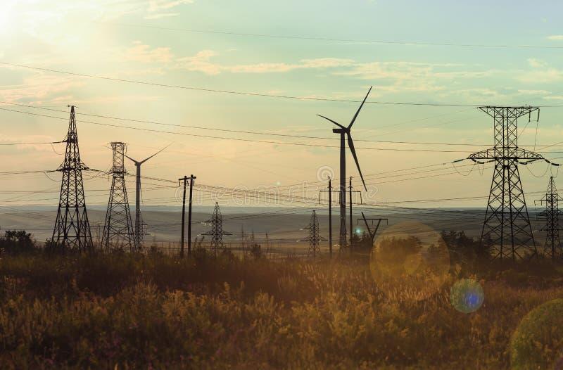 Générateurs de vent, appui des lignes électriques à haute tension image stock