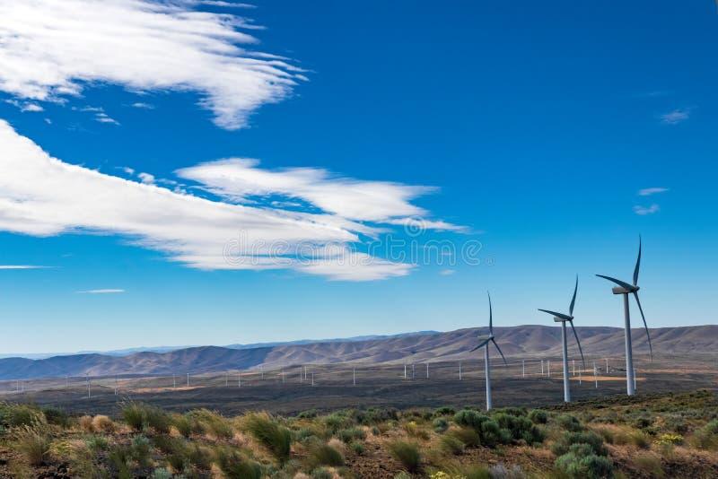Générateurs viables verts de l'électricité de turbine de puissance de moulin à vent d'énergie sur Rolling Hills avec les nuages e photos libres de droits