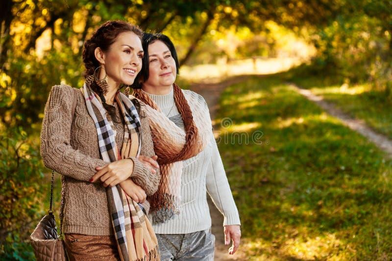 Génération de deux femmes dehors image libre de droits