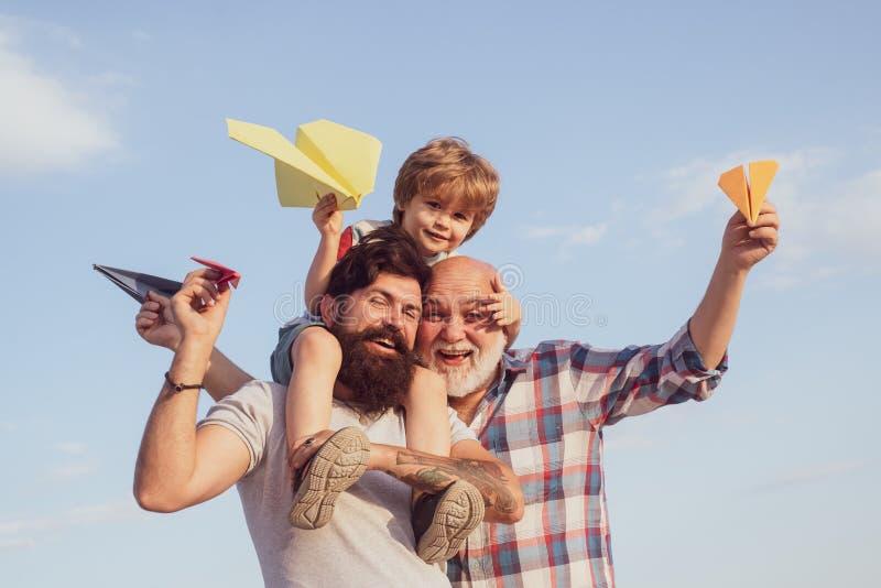 Génération de famille : futur concept de rêve et de personnes Gar?on avec le p?re et le grand-p?re Détente de fils et de grand-pè photos stock