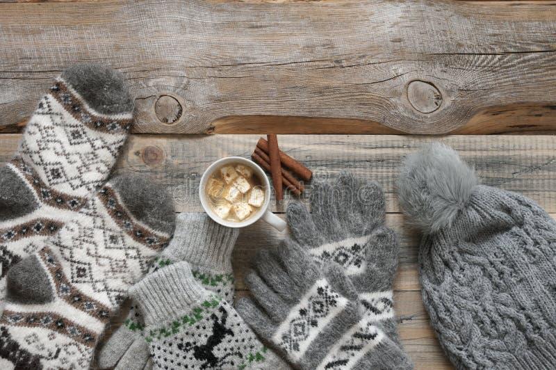 Géneros de punto y cacao de lana calientes con la melcocha fotografía de archivo libre de regalías