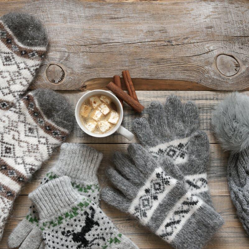 Géneros de punto y cacao de lana calientes con la melcocha foto de archivo libre de regalías