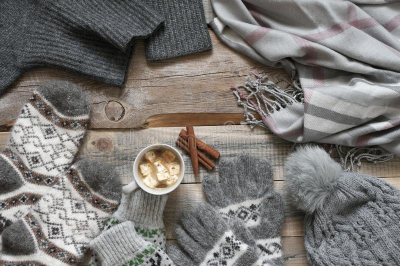 Géneros de punto y cacao de lana calientes con la melcocha fotos de archivo