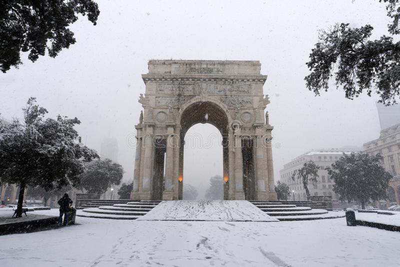 GÉNOVA, ITALIA - 23 DE ENERO DE 2019 - ciudad debajo de la nieve fotografía de archivo