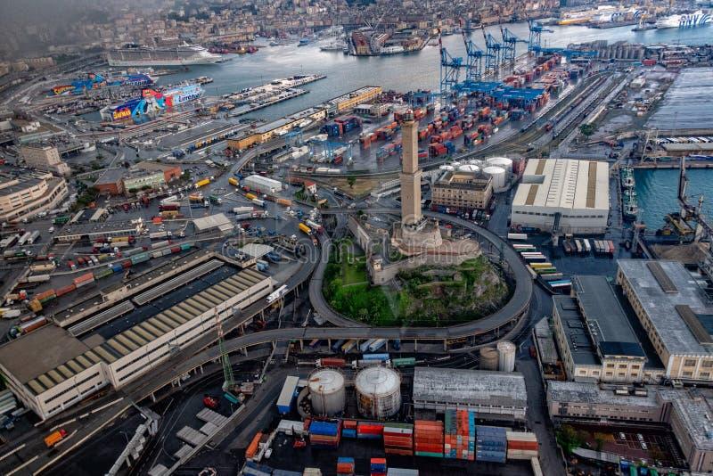 GÉNOVA, ITALIA - 6 de mayo de 2018 - opinión aérea del puerto y del faro del helicóptero foto de archivo