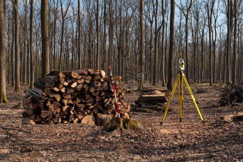 Géodésie, théodolite sur un trépied dans la forêt photographie stock