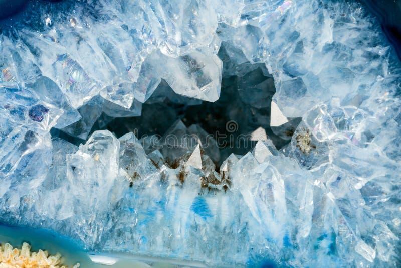 Géode avec des cristaux de couleur bleu-clair photos stock