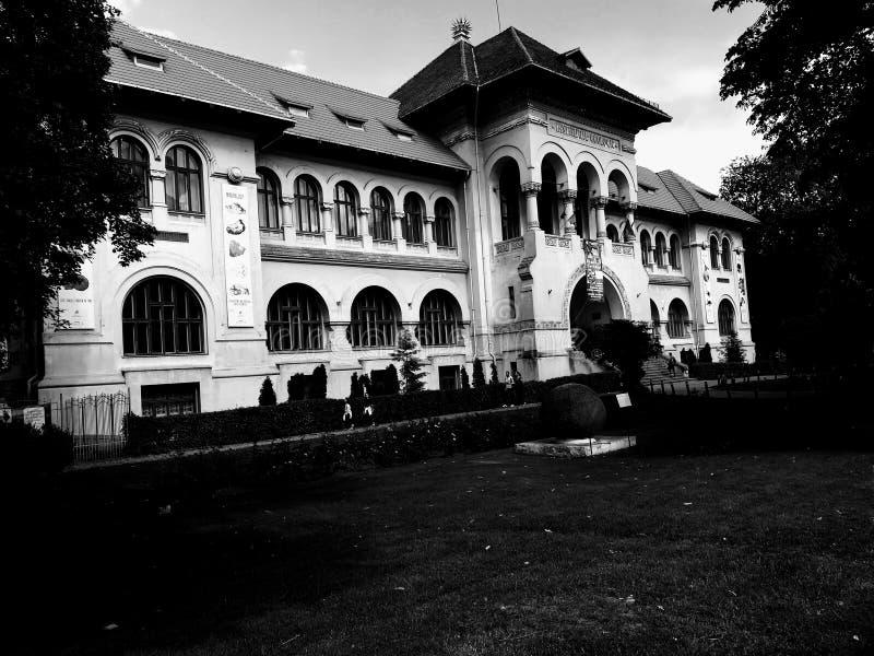 Géologie Musem dans la version noire et blanche de Bucarest photographie stock