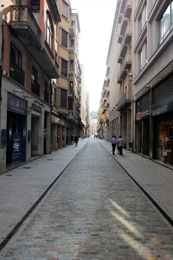 Gérone, Espagne, août 2018 Vue d'une des rues de achat centrales à l'intérieur de la forteresse photo stock