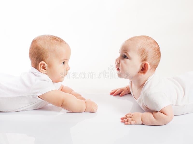 Gêmeos bonitos das crianças foto de stock royalty free