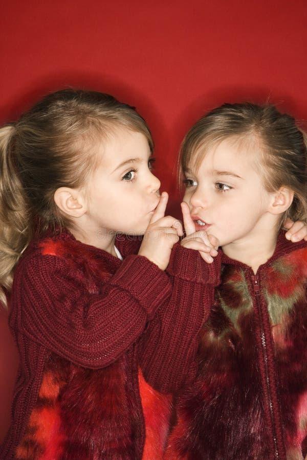 Gêmeos com os dedos até os bordos. fotografia de stock royalty free