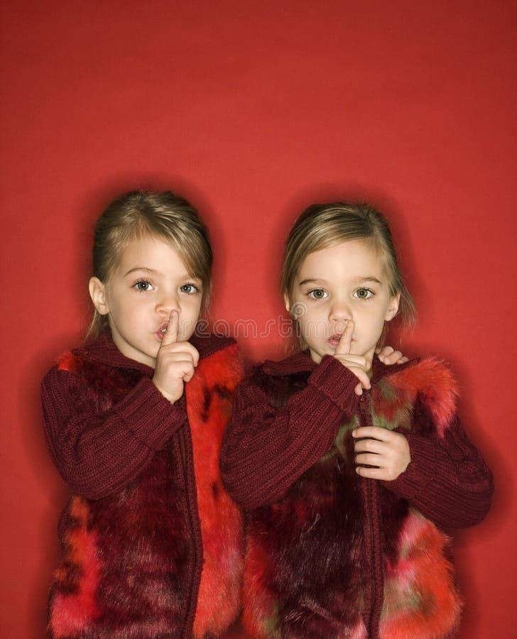 Gêmeos com os dedos até os bordos. fotos de stock royalty free