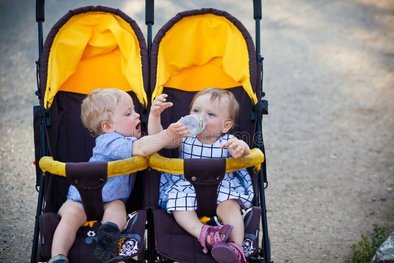 Gêmeos do bebê foto de stock