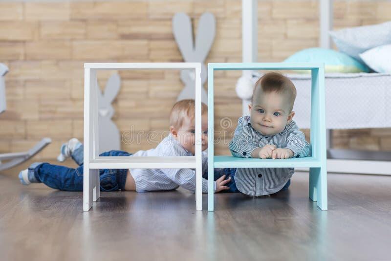 Gêmeos do menino que jogam no assoalho imagem de stock royalty free