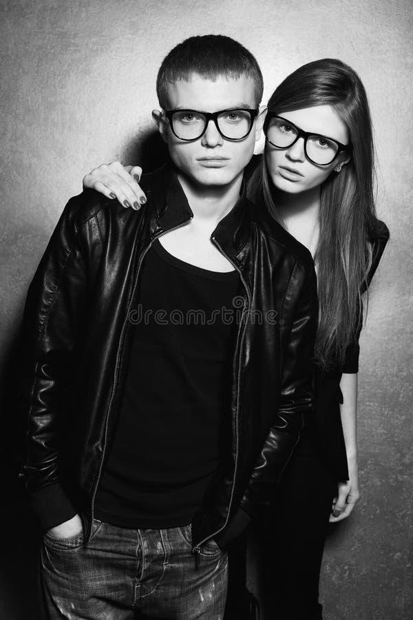 Gêmeos louros lindos da forma na roupa preta foto de stock royalty free