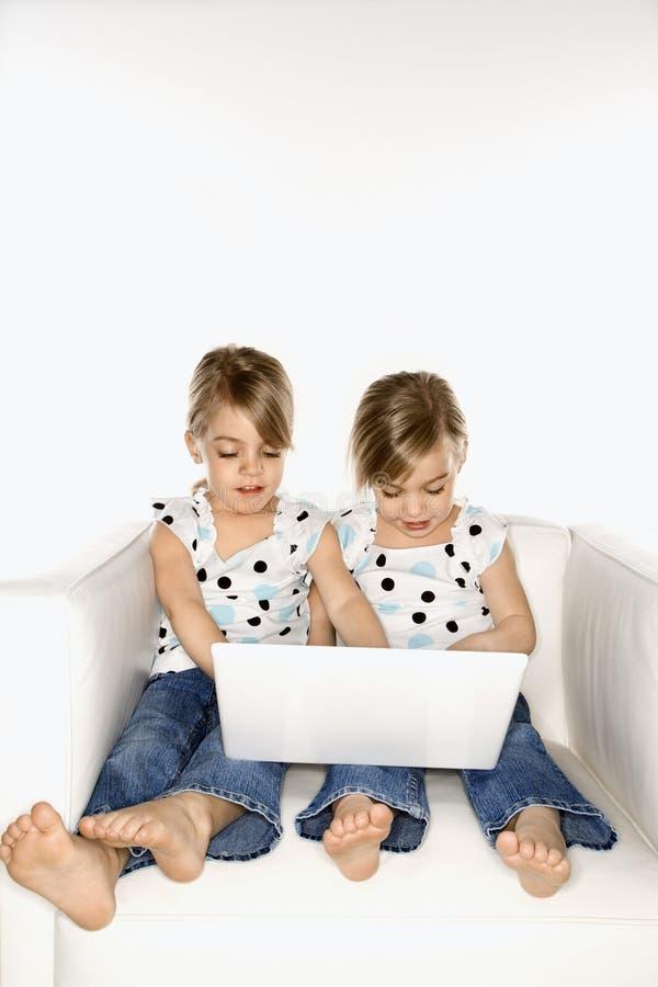 Gêmeos que jogam no computador. foto de stock