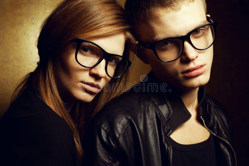 Gêmeos ruivos lindos da forma na roupa preta imagens de stock royalty free