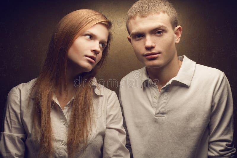 Gêmeos ruivos lindos da forma nas camisas brancas imagens de stock
