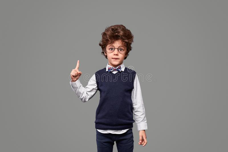 Gênio pequeno bonito que aponta acima fotos de stock royalty free