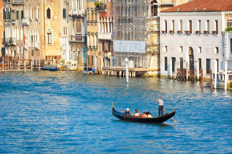 Góndola con las velas de los turistas en Grand Canal, Venecia, Italia imagenes de archivo
