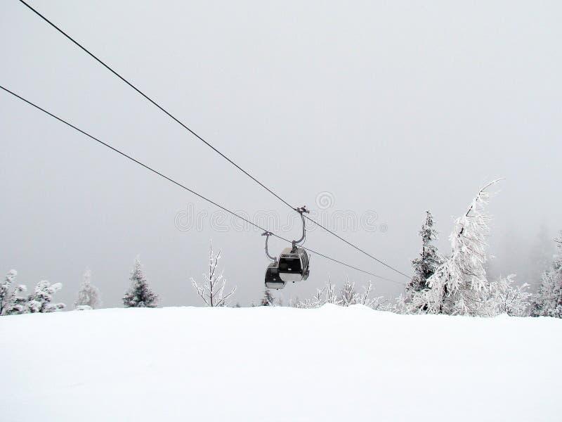 Góndola del esquí de la niebla imagen de archivo libre de regalías